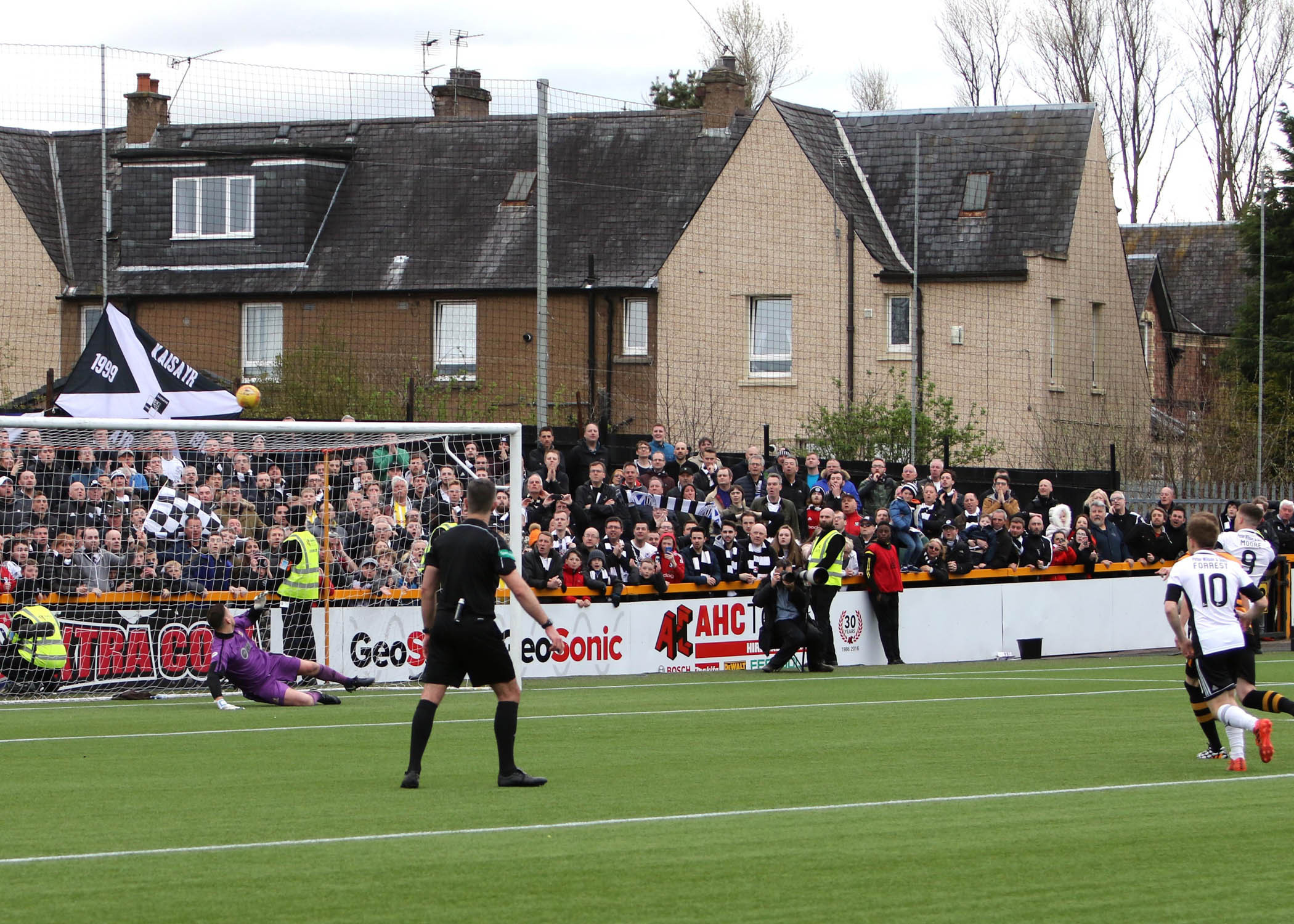 SHEER AGONY: Craig Moore's penalty flies over the crossbar at Recreation Park on Sunday. Picture: David Sargent